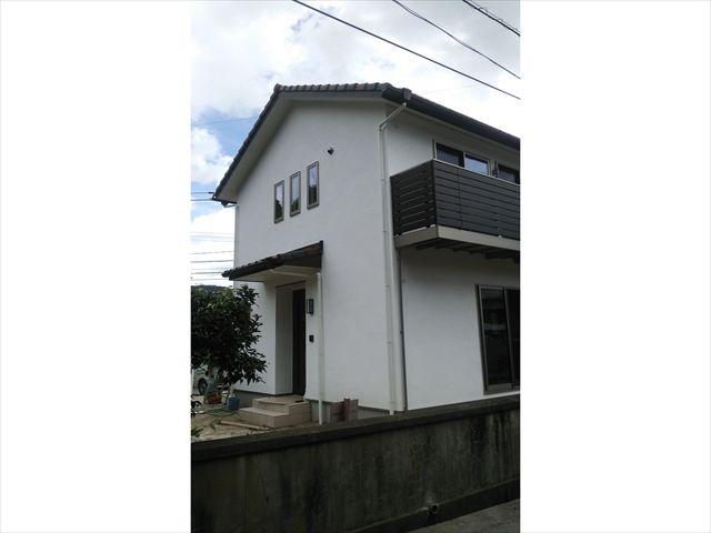 白の漆喰壁を施したオシャレな家